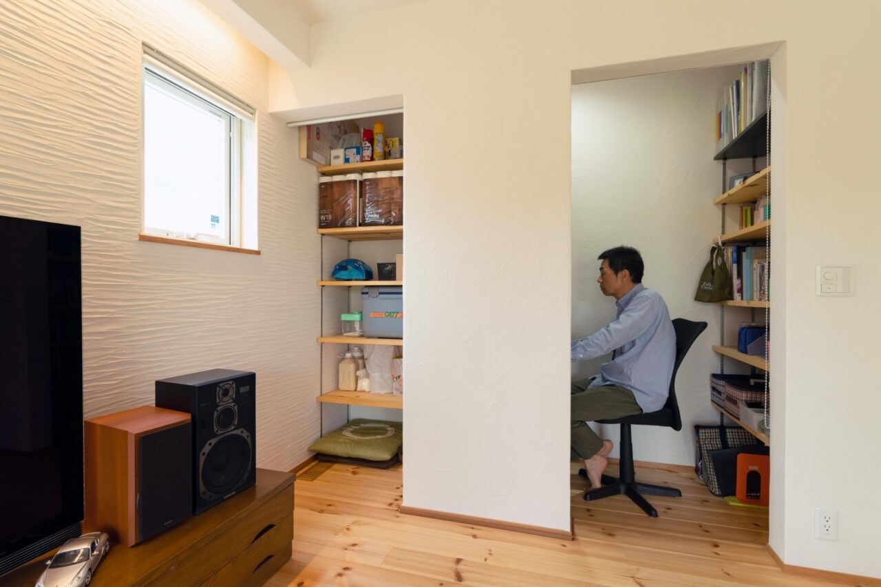 カーテンで目隠しできる収納と書斎