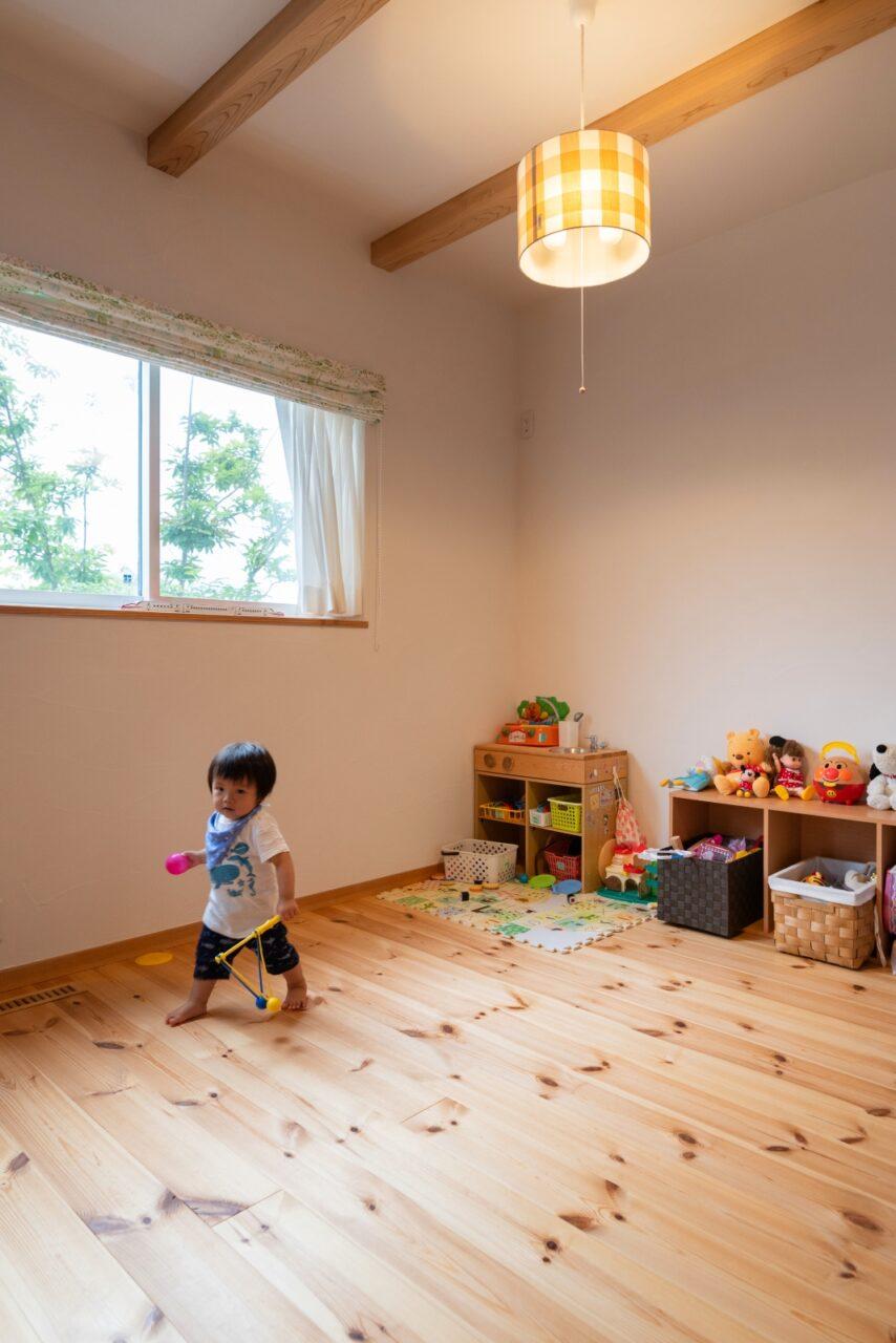 安心して遊べる自然素材の子ども部屋