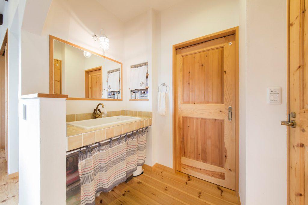 広めの洗面スペース。大きくて深い洗面シンクは、使い勝手も◎!