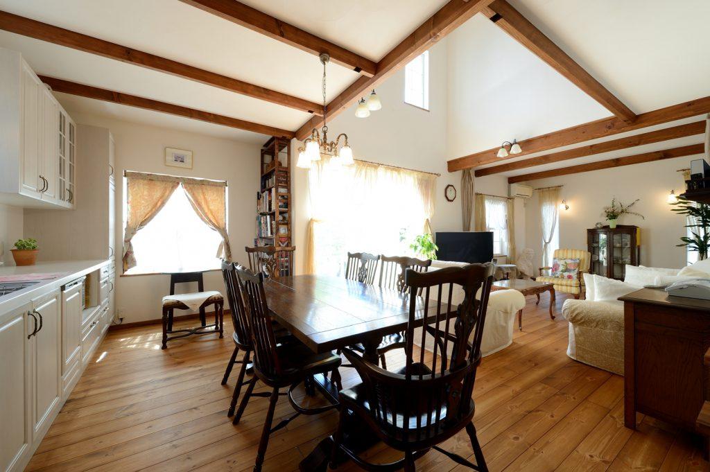 LDKの主役は英国製のダイニングテーブル&チェア。広い間取りは、気に入っていた以前の家を参考にした