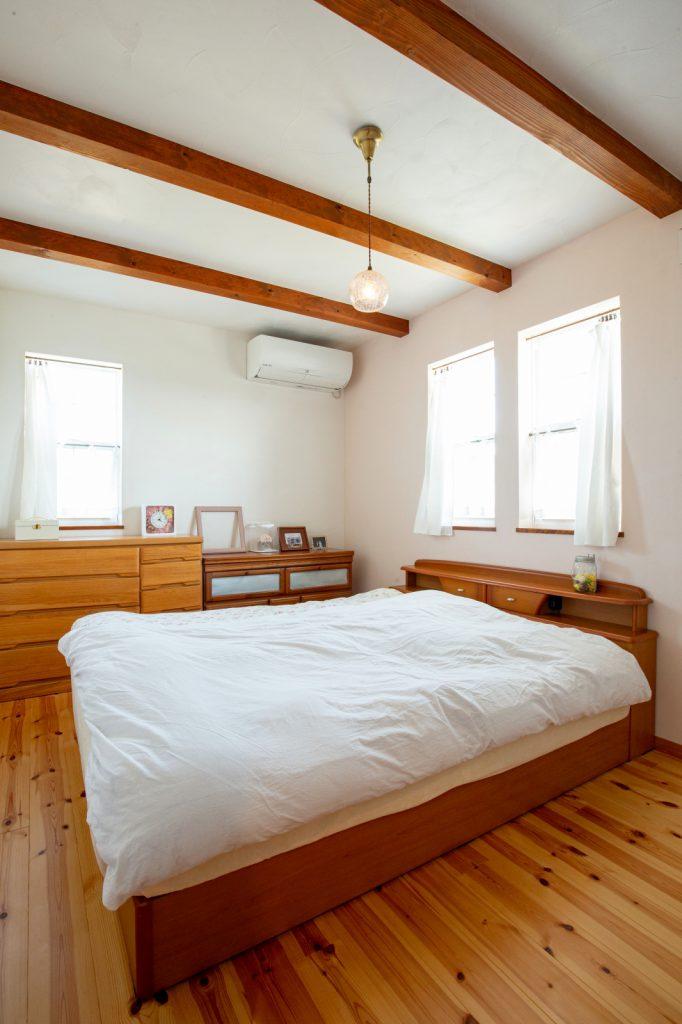 漆喰壁と梁見せ天井の寝室