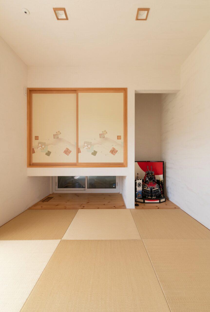 吊り収納と琉球畳の和室