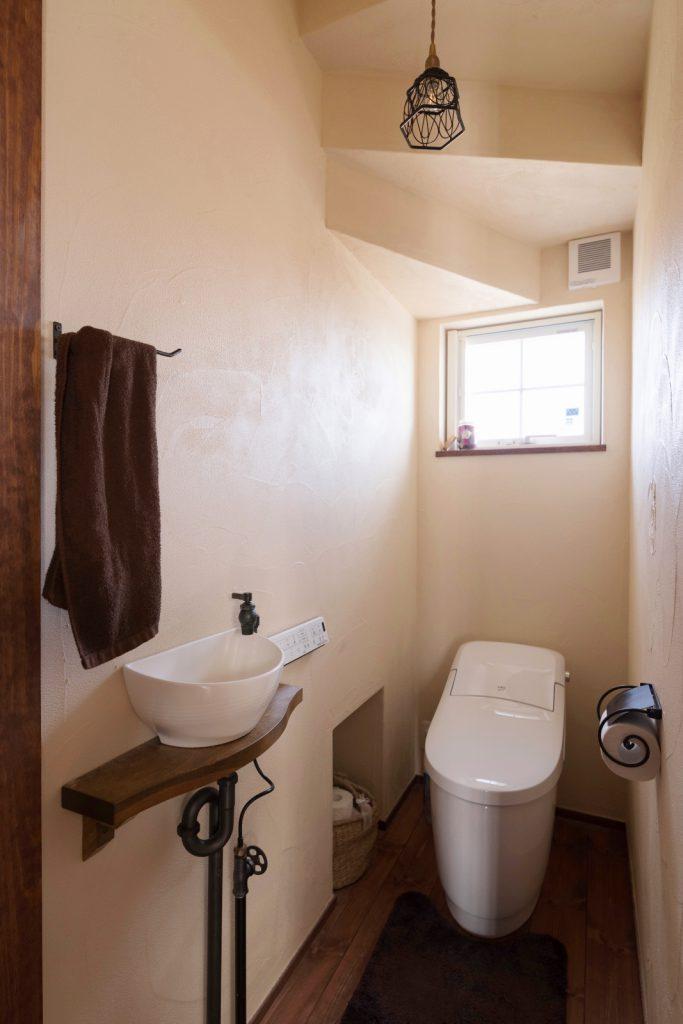 アンティークな小物で彩られたトイレ