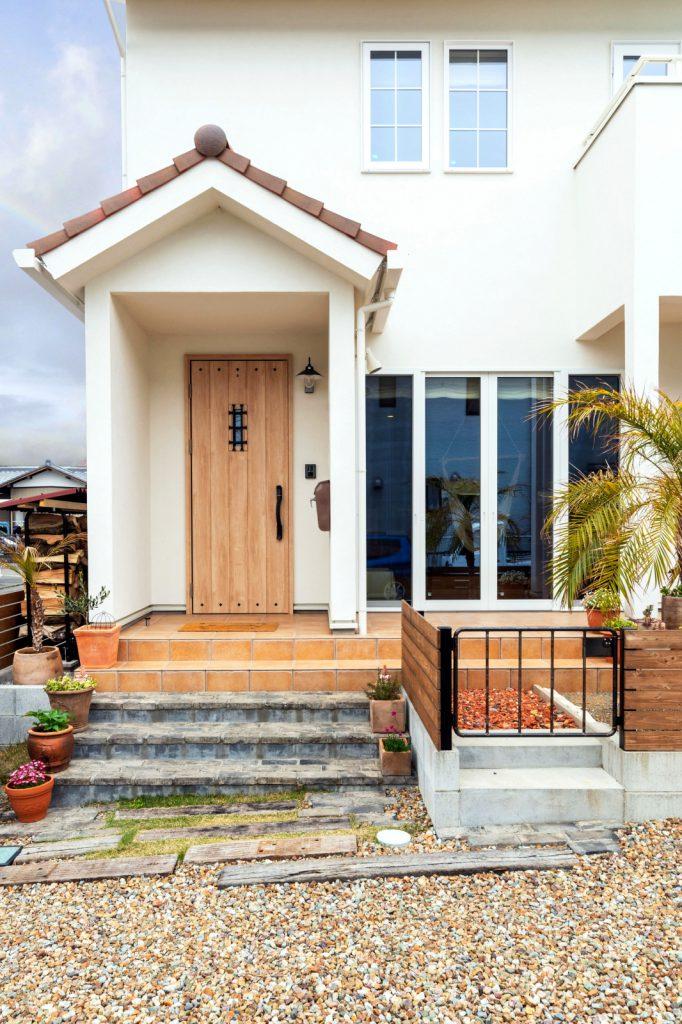 三角屋根の玄関に木製のドアがマッチ