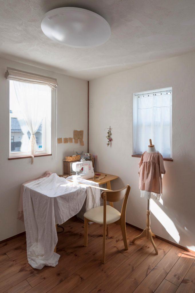 自然素材に包まれたシンプルな部屋