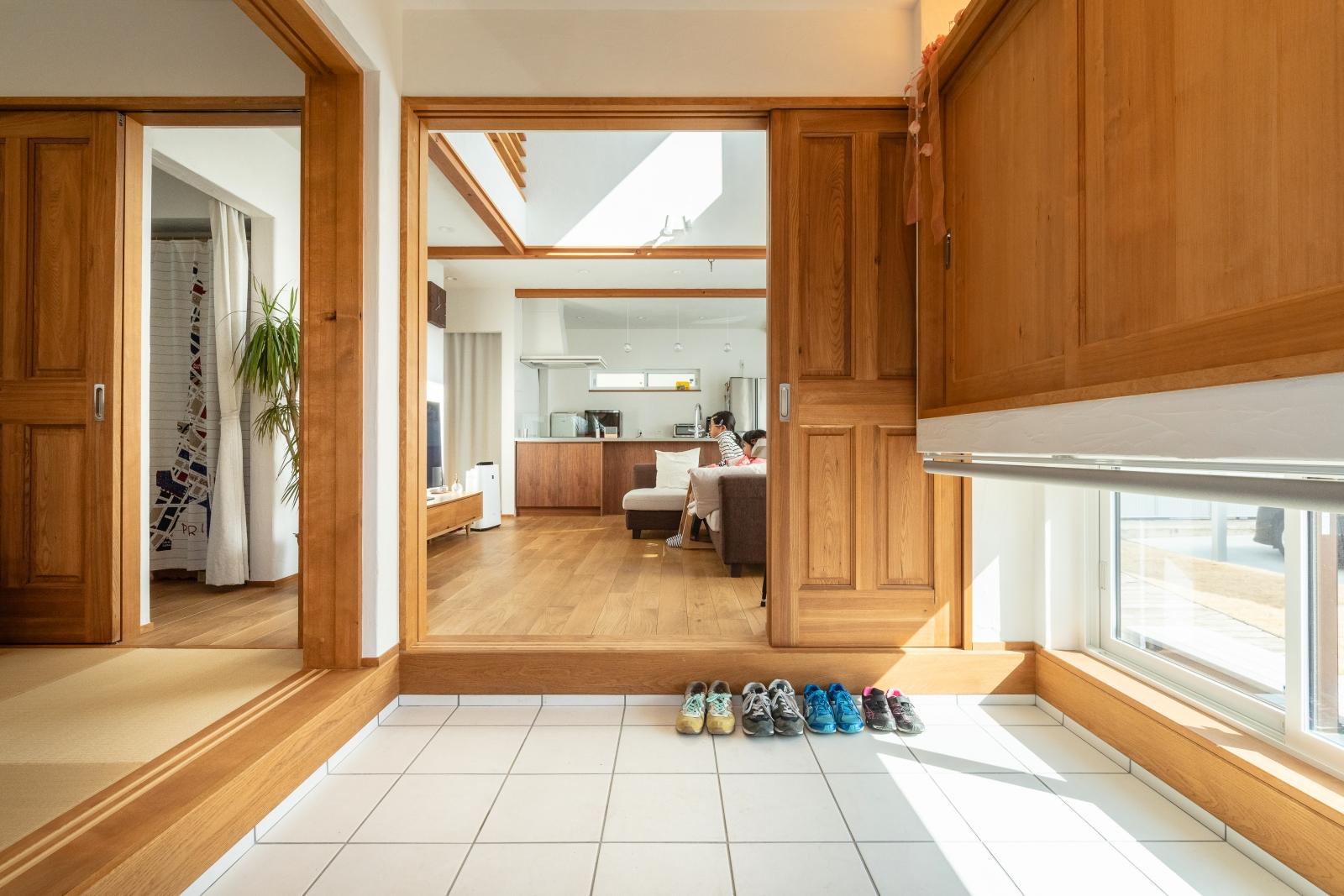 広々使える土間玄関。リビングにも和室にも直接行ける便利な動線。