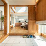土間と吹き抜けのある自然素材の家
