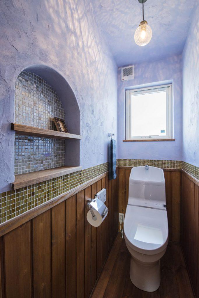 羽目板×照明×タイルが絶妙!お洒落なトイレ