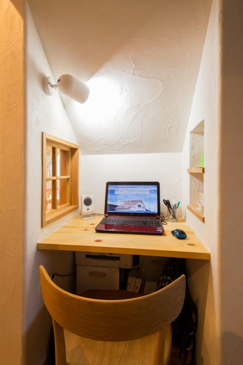 階段下のPCスペースは個室感がgood!