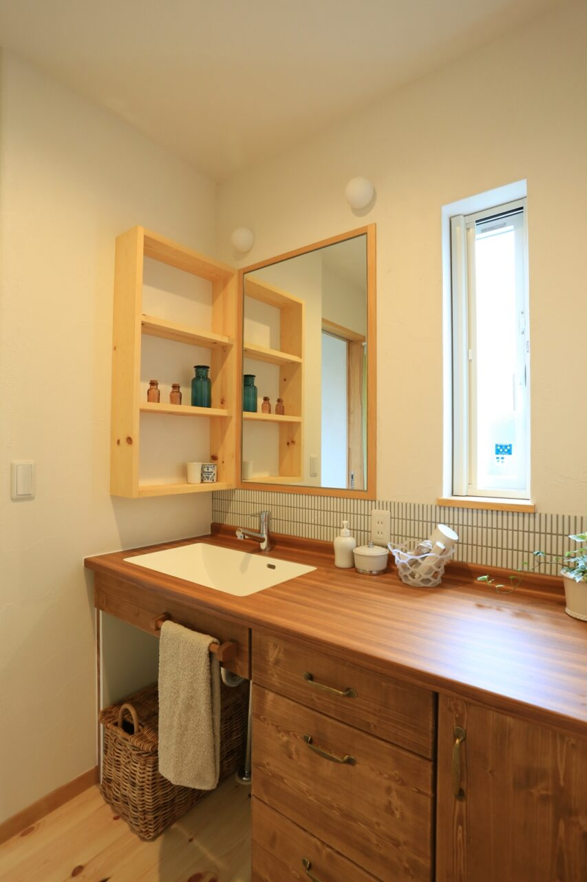 カウンターやタイル、棚、照明…ひとつずつこだわって選び作り上げた、オリジナル洗面化粧台