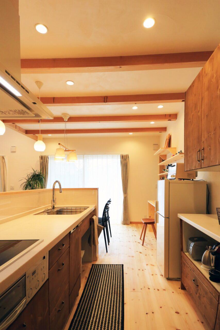 キッチンは、リビングも家事スペースも見渡せる家の中心に配置