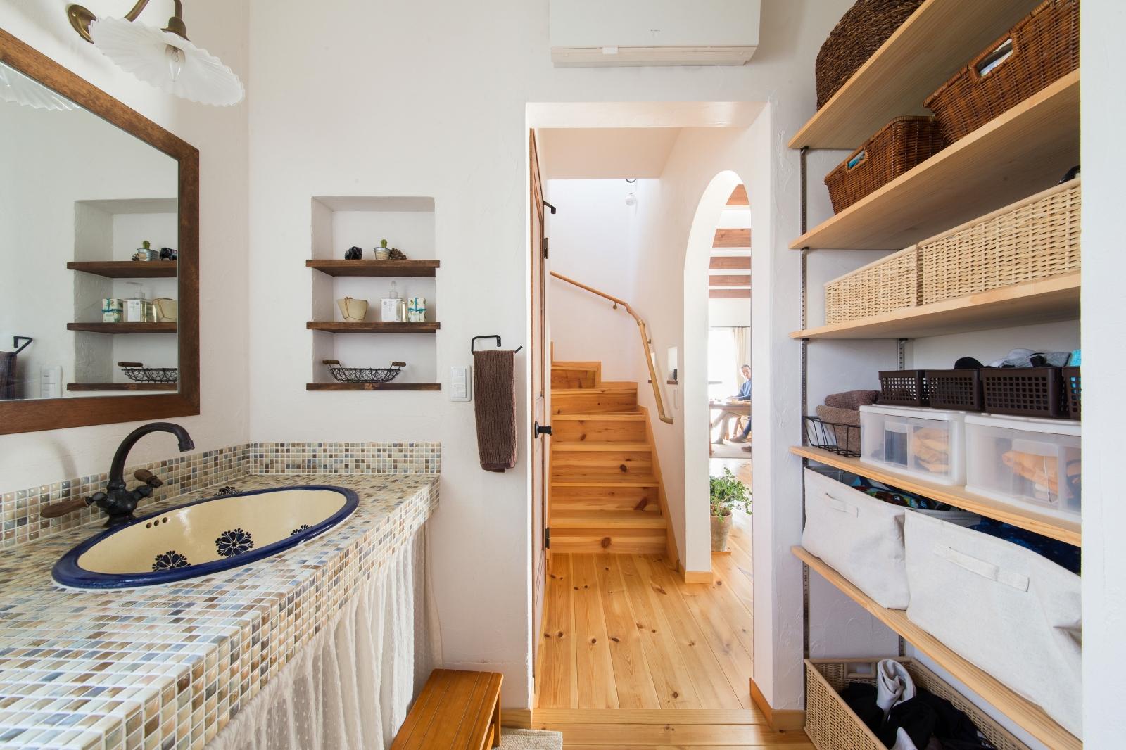ニッチ、洗面下、可動棚と収納力バツグンの洗面所