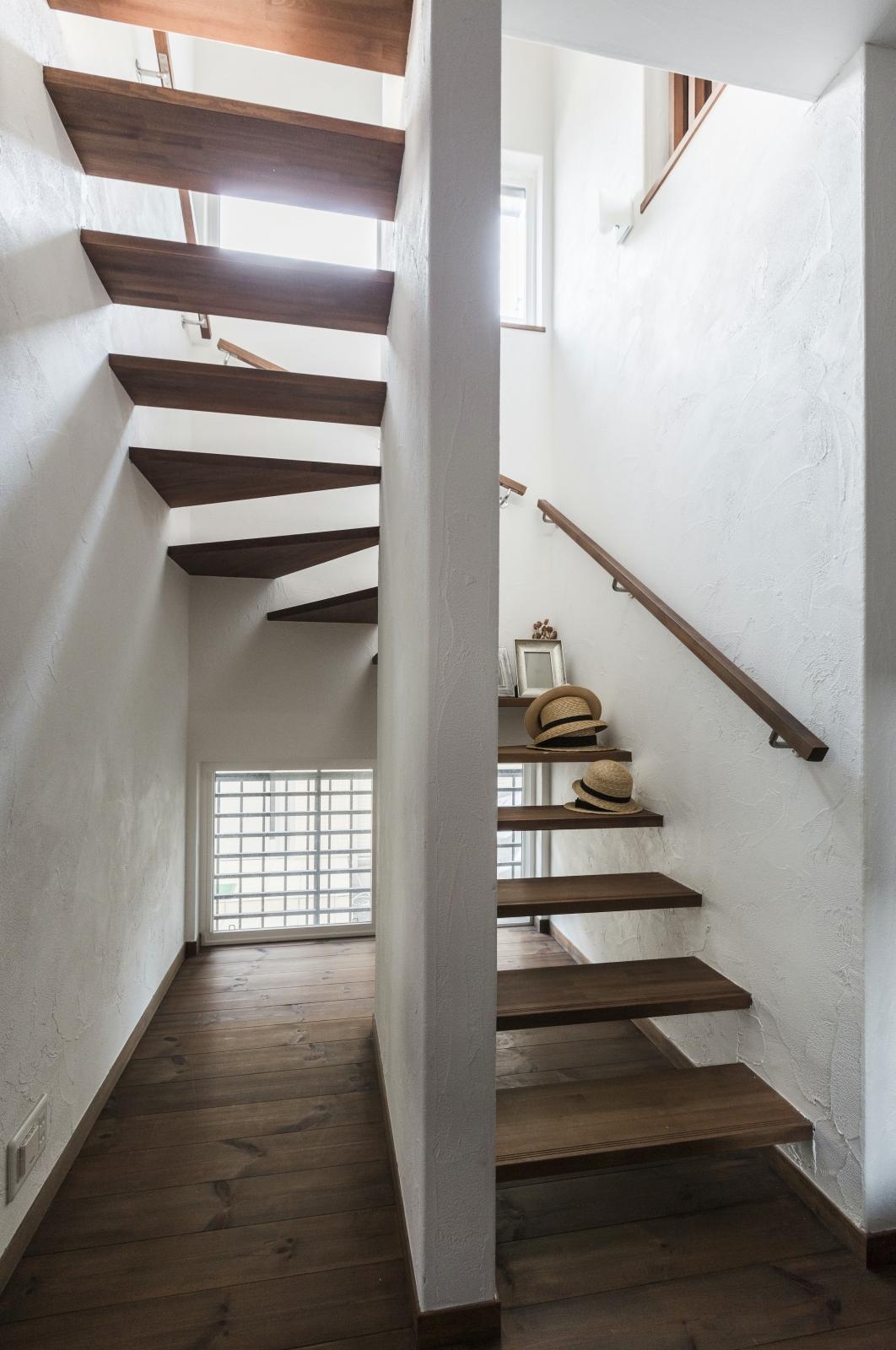 空間を広々感じられる 明るいストリップ階段