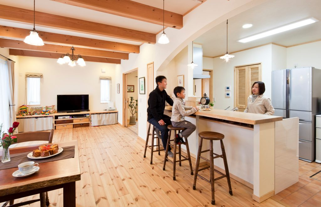 2世帯で暮らすS様邸のキッチンは、LDK・洋室と両方向から行き来ができるように設計