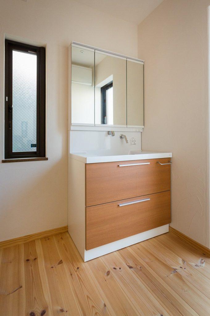 明るくシンプルで使いやすい洗面台