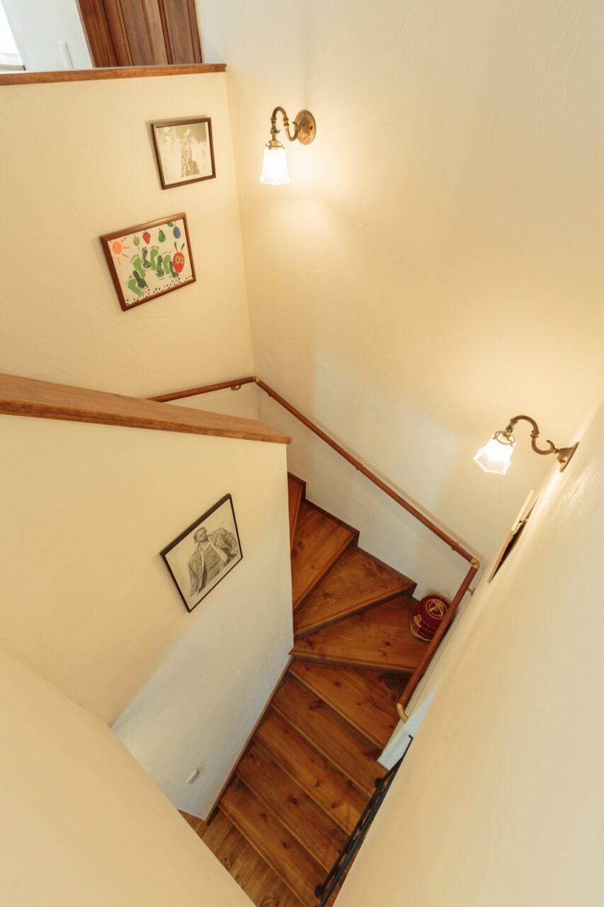 アンティークな照明がオシャレな階段