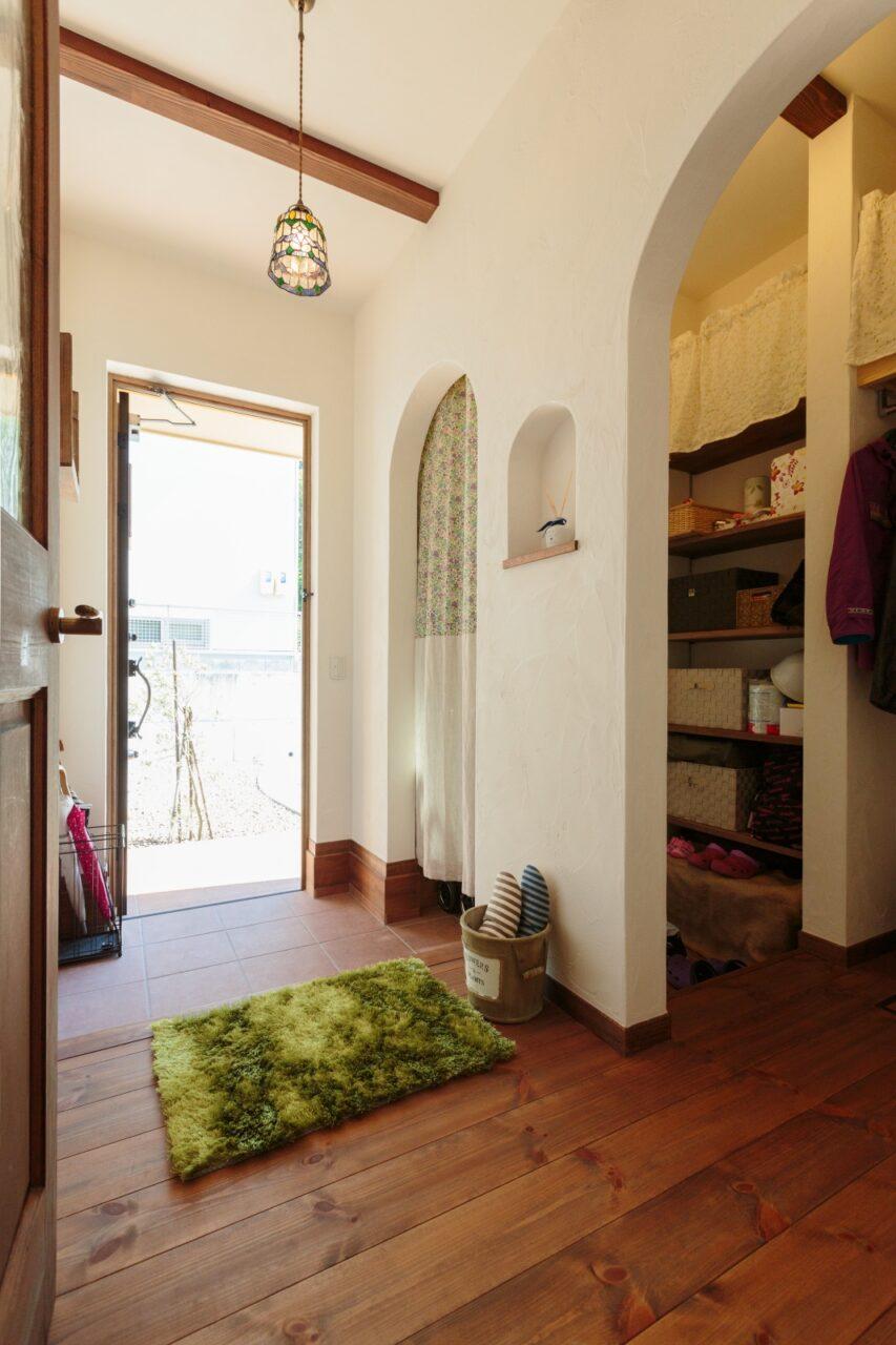 シューズクロークとの間仕切りは、使いやすくてかわいいカーテンに!