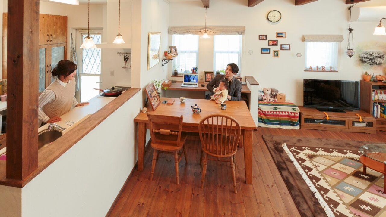 木の温もり溢れるリビング。家族の気配や会話が楽しめるようにとキッチンは対面型に。