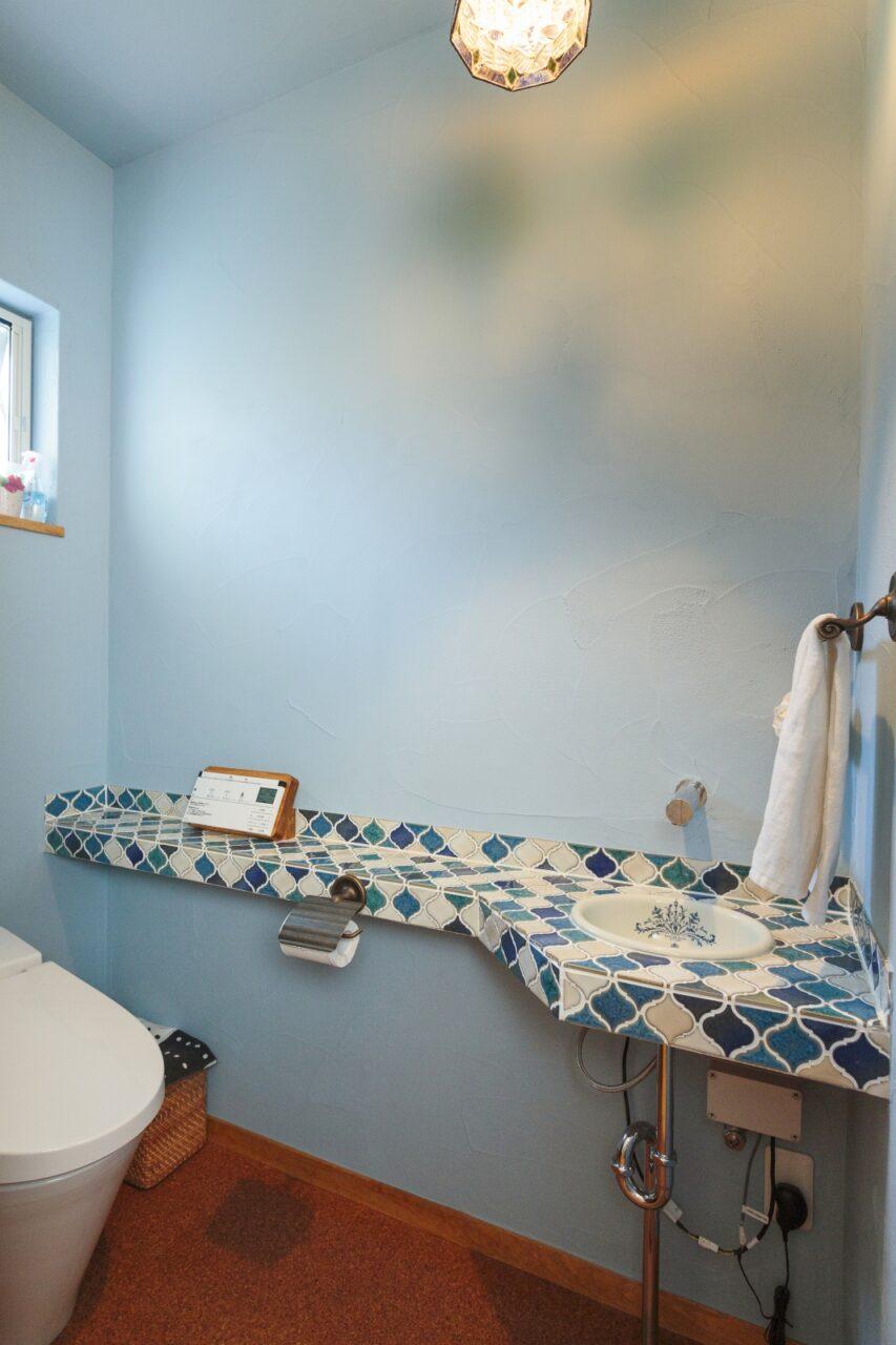 お友達が扉を開けると驚く、名古屋モザイクの「コラベル」で華やかに演出したトイレ