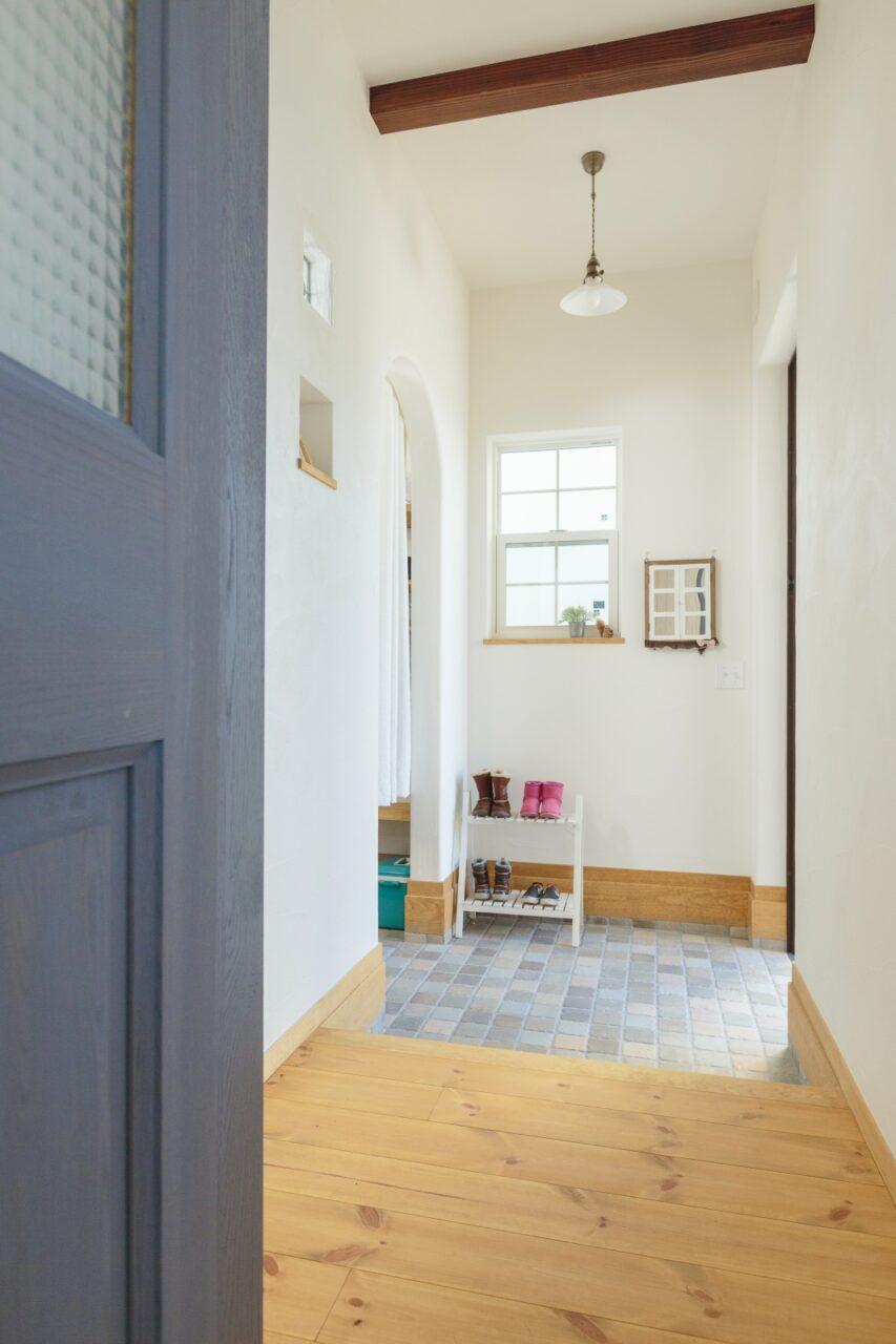 ブルーの建具と白の壁のコントラストが素敵な玄関ホール