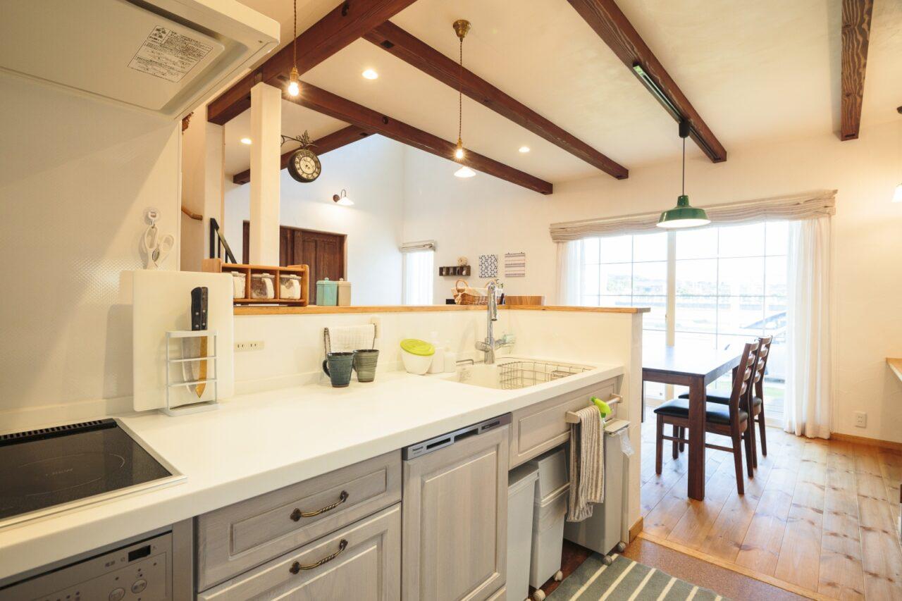 白で統一感を出したキッチン