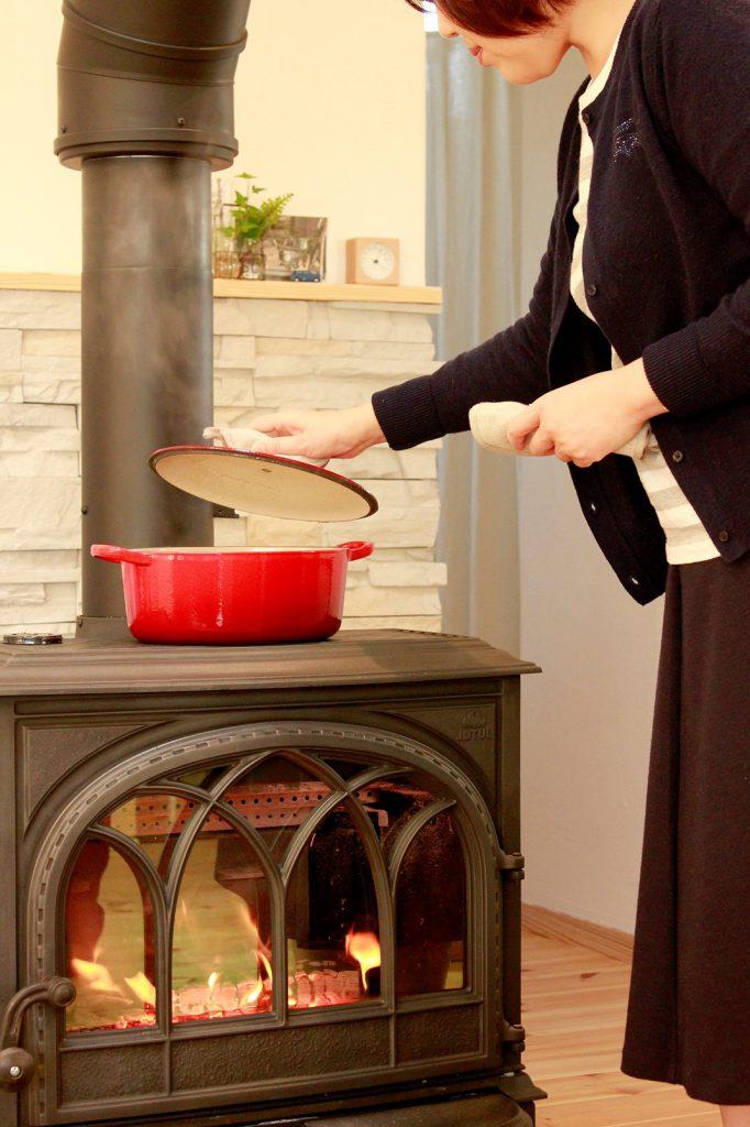 ゆっくり火を入れておいしく作る 冬の薪ストーブ料理