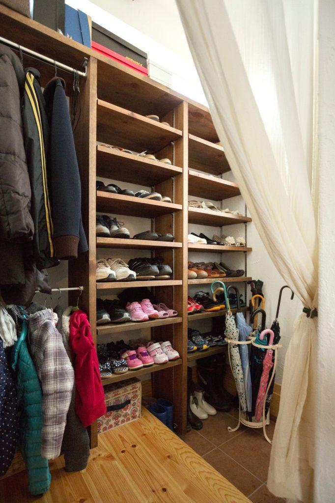 家族分の靴とコートが掛けられる