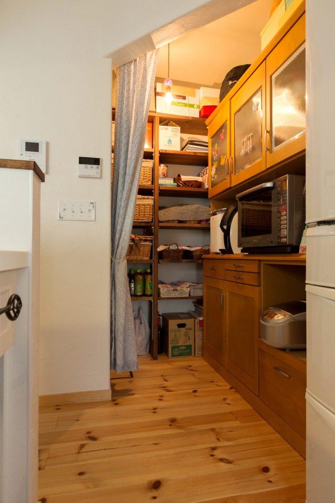 大容量のパントリー。食器棚や調理器具も隠して生活感をださないように