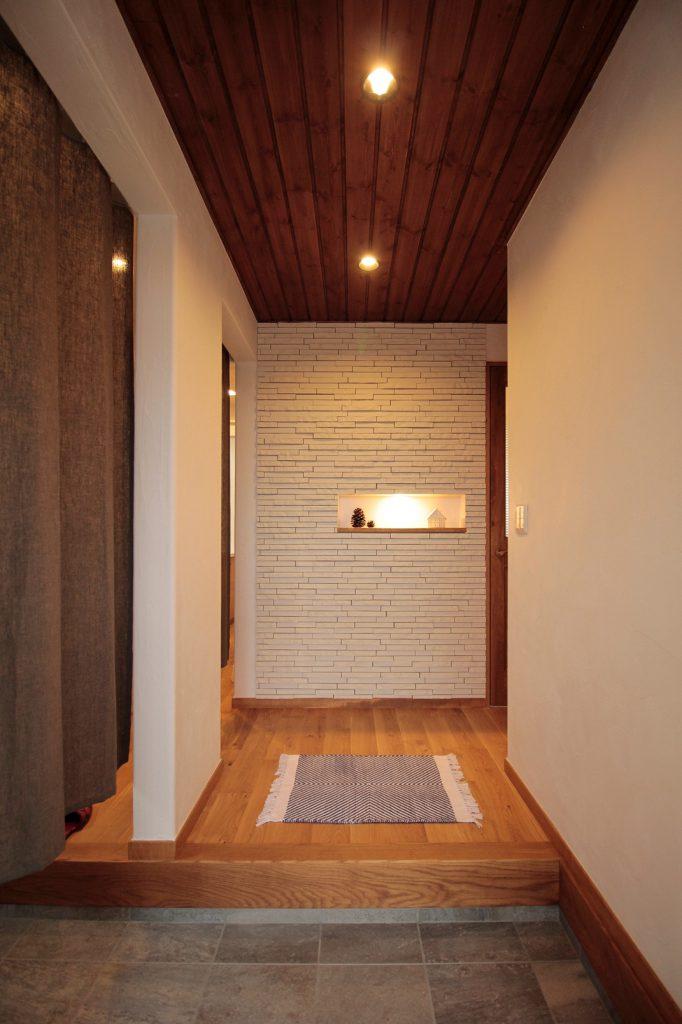 雰囲気のある板張り天井の玄関に小さなニッチが◎