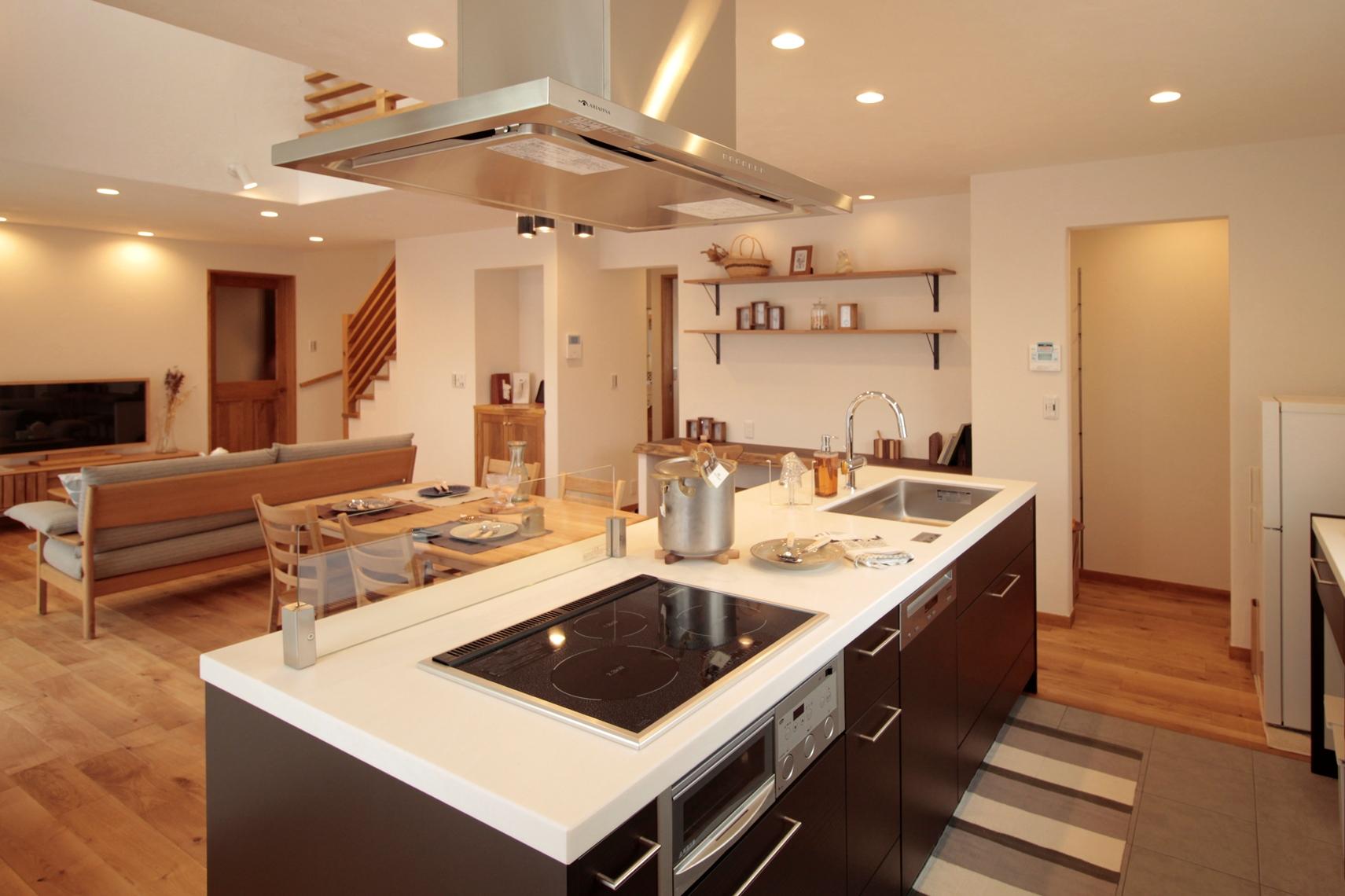 ディープブラウン色が空間のアクセントとなったオープンキッチン