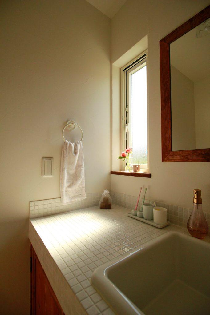 ホワイトのタイルがポイントの洗面台