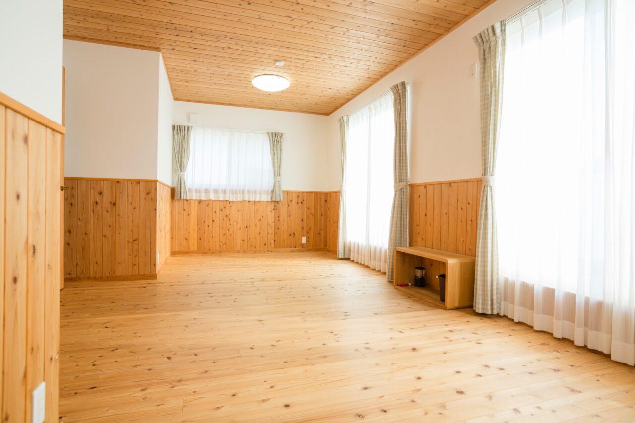 部屋中に木の香りがする洋室