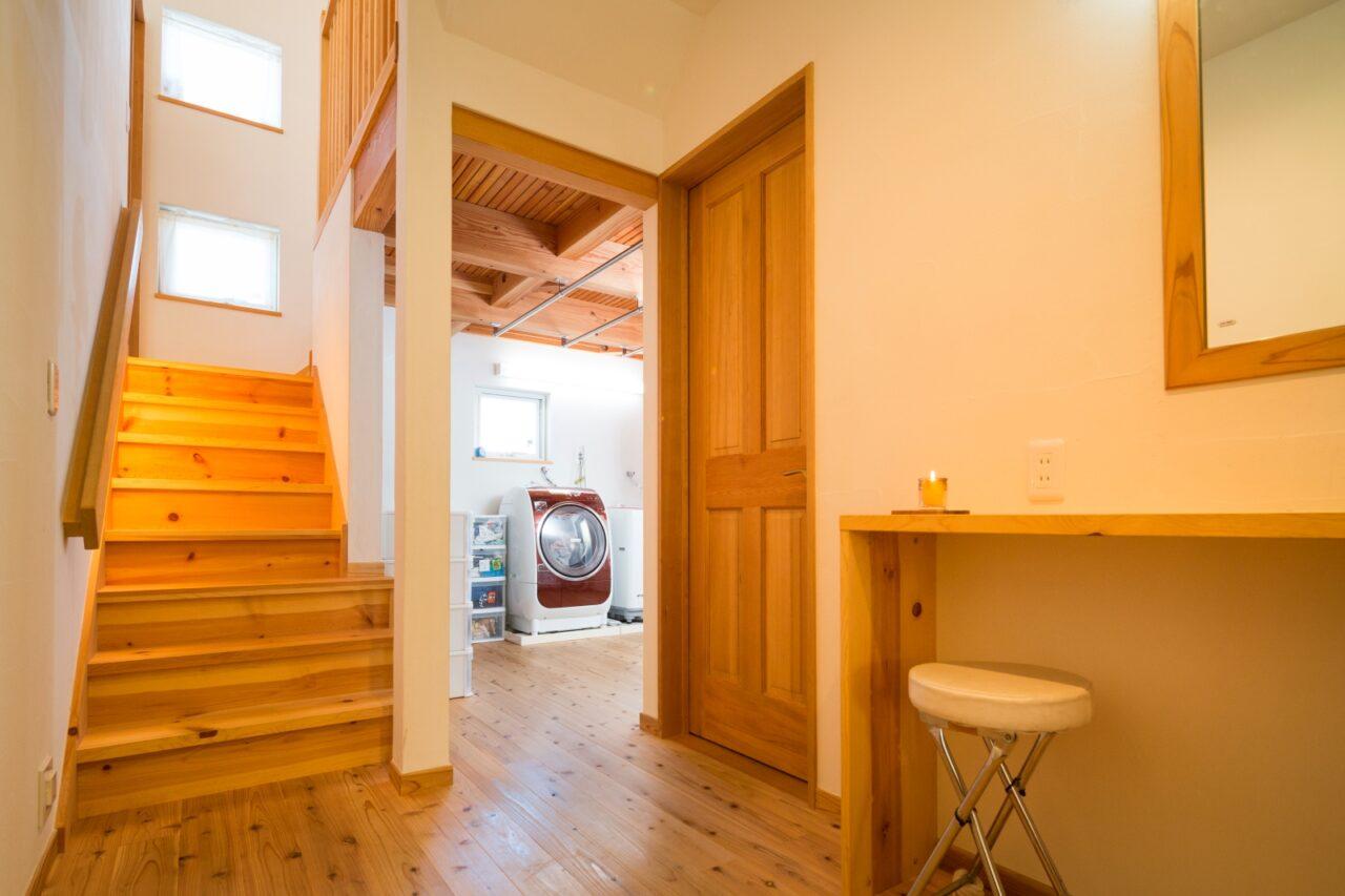 動線にこだわった家事室。奥の部屋は室内干しもできるランドリールーム。