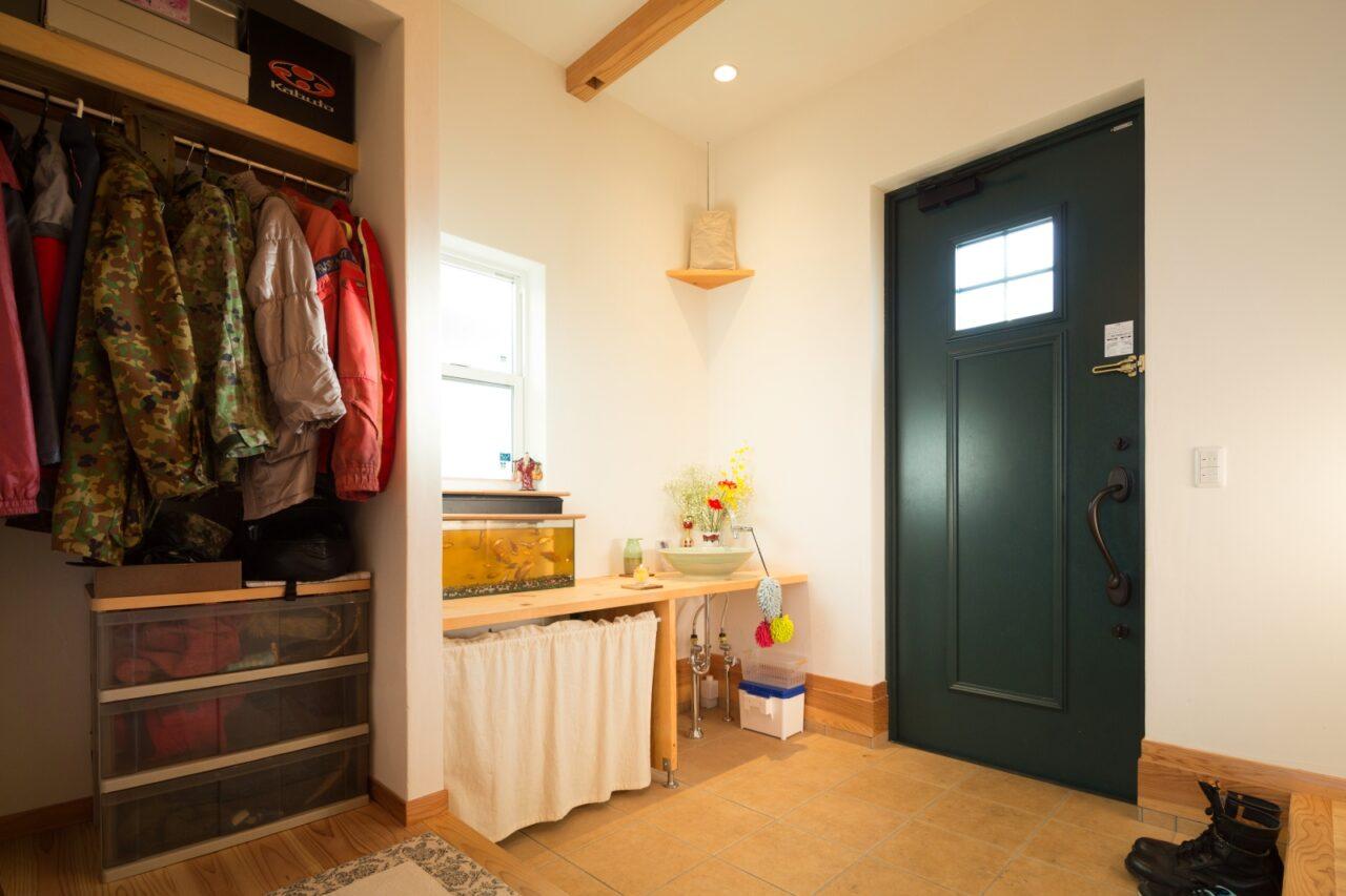 手を洗いコートもすぐかけられる広い玄関
