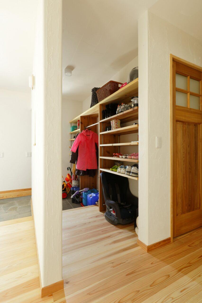 玄関横のシューズクロークにはご家族の靴などがたっぷり収納でき、急な来客でも玄関はいつもすっきり!