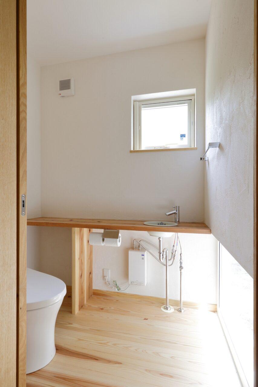 1階のトイレと浴室からは坪庭が楽しめるように設計。自然光がたっぷり入り明るい空間に