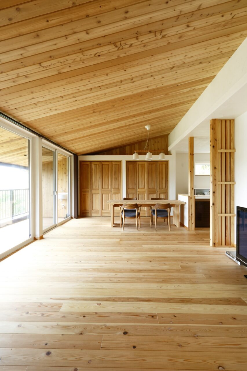 "LDKとデッキ部分の天井材を""レッドシーダーの勾配天井""に統一することで、開放感と一体感が感じられる空間に"
