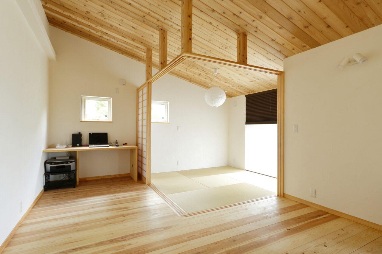 リビングの一角に配置した和室。壁や柱は設けず建具のみで仕切り、すっきり洗練とした印象に…!