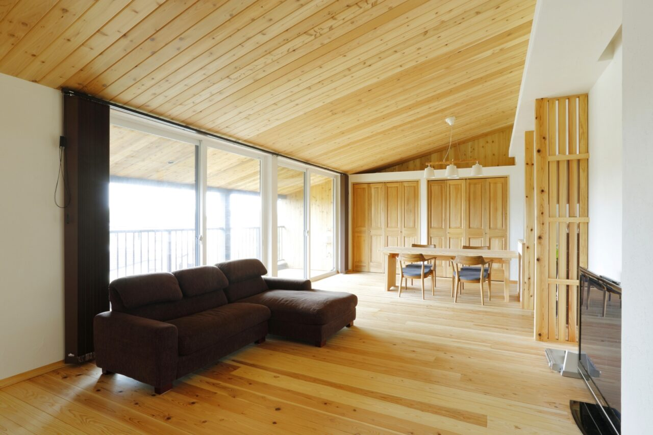 眺望を楽しめるよう2階に設けたLDK。窓いっぱいに豊かな緑と三河湾が広がる贅沢な空間。