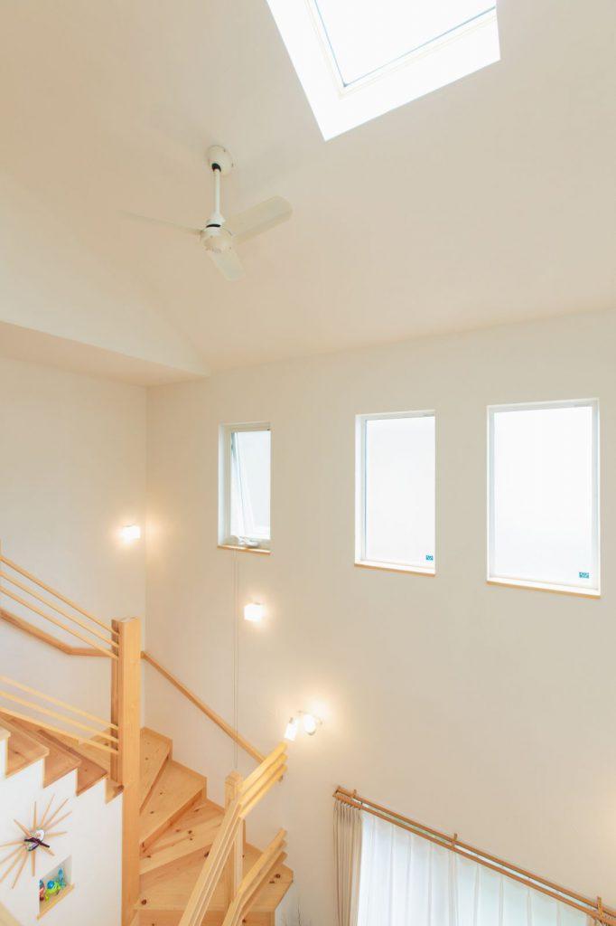 吹抜けの高窓から入る光でナチュラルな空間に
