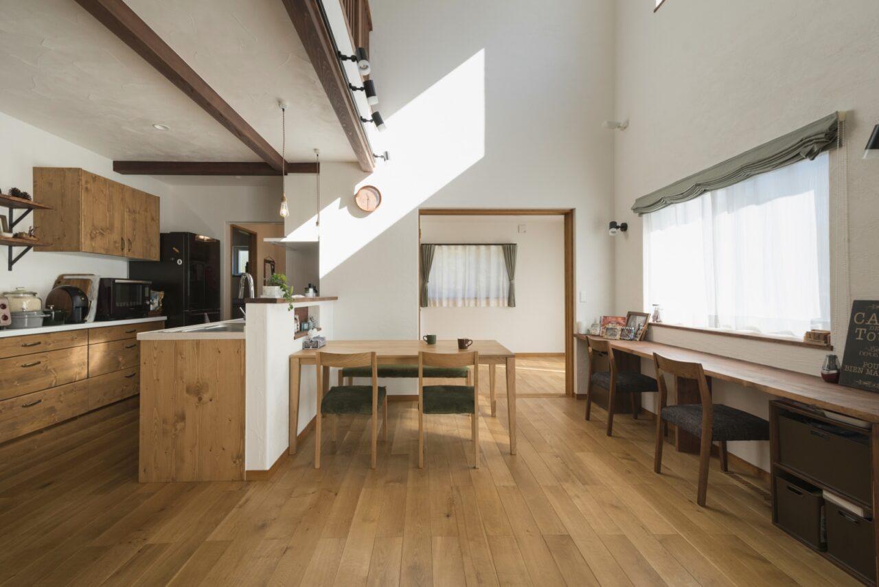 自然素材と吹抜けのシンプルで居心地の良い空間