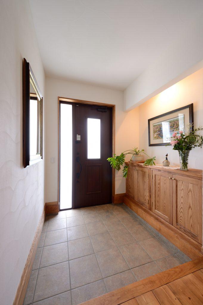 ゆったりとした玄関スペース。すぐ隣にはウォークインクローゼットを設け、帰宅後すぐに着替えもできるように