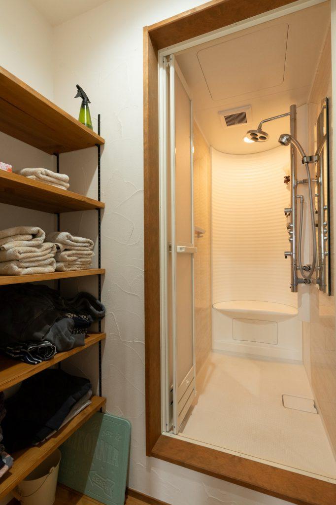 可動棚のある子世帯用のシャワー室