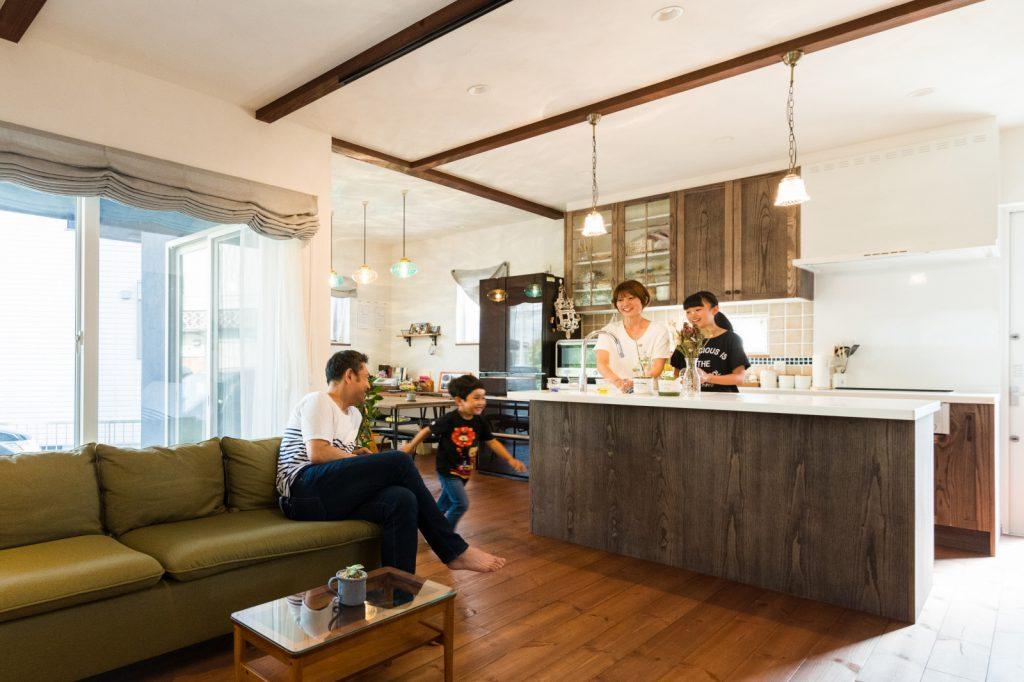 アイランドキッチンが素敵!理想的な漆喰の家