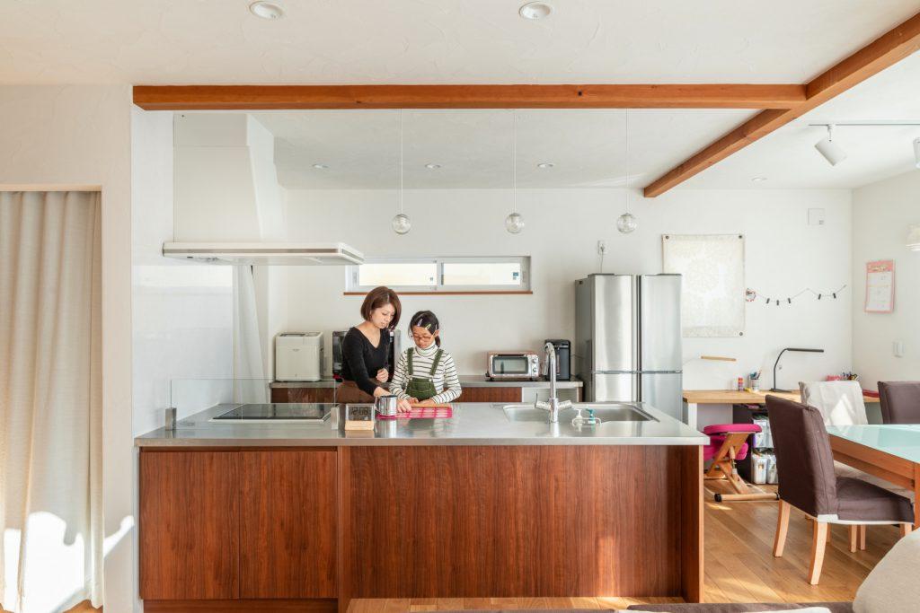 作業しやすいシンプルなオープンキッチン