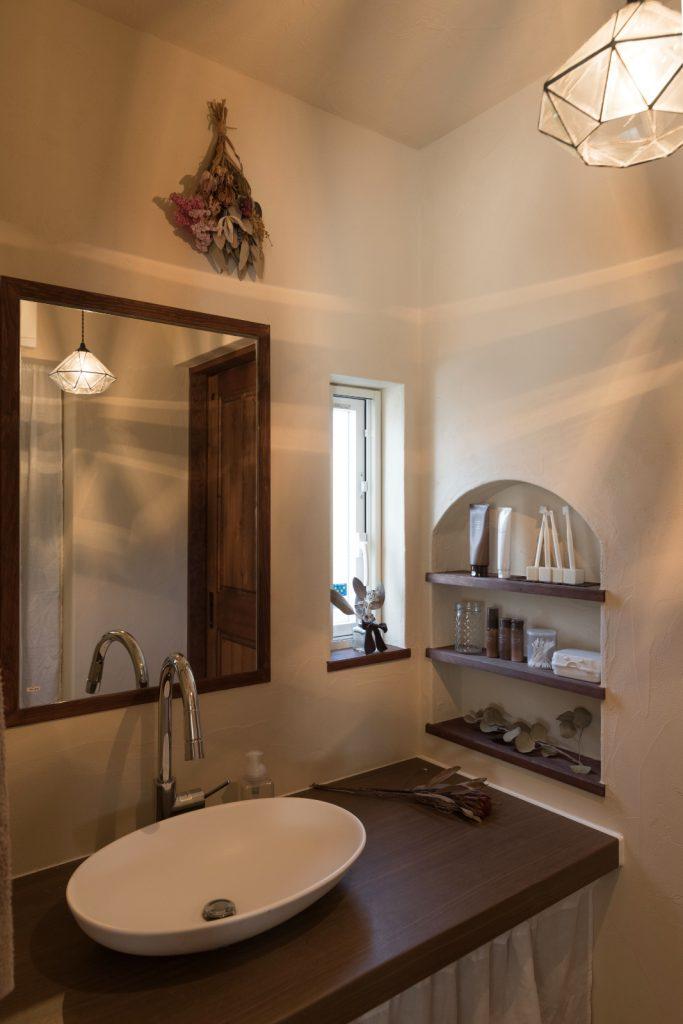 家の雰囲気にマッチした独立型洗面
