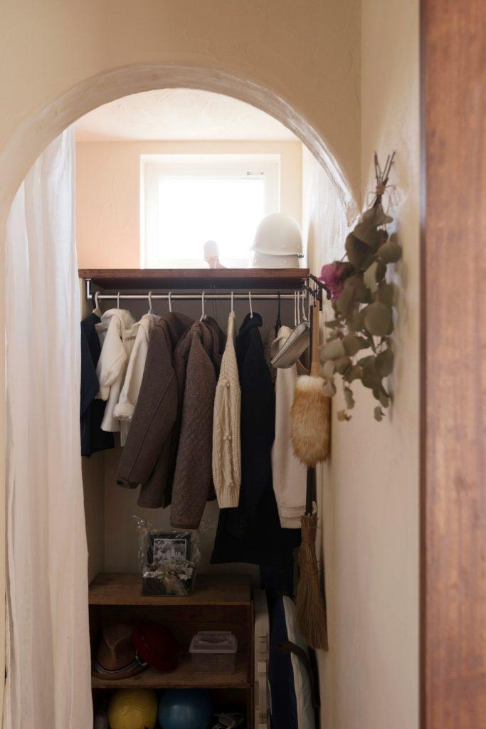 洋服も掛けられる玄関収納
