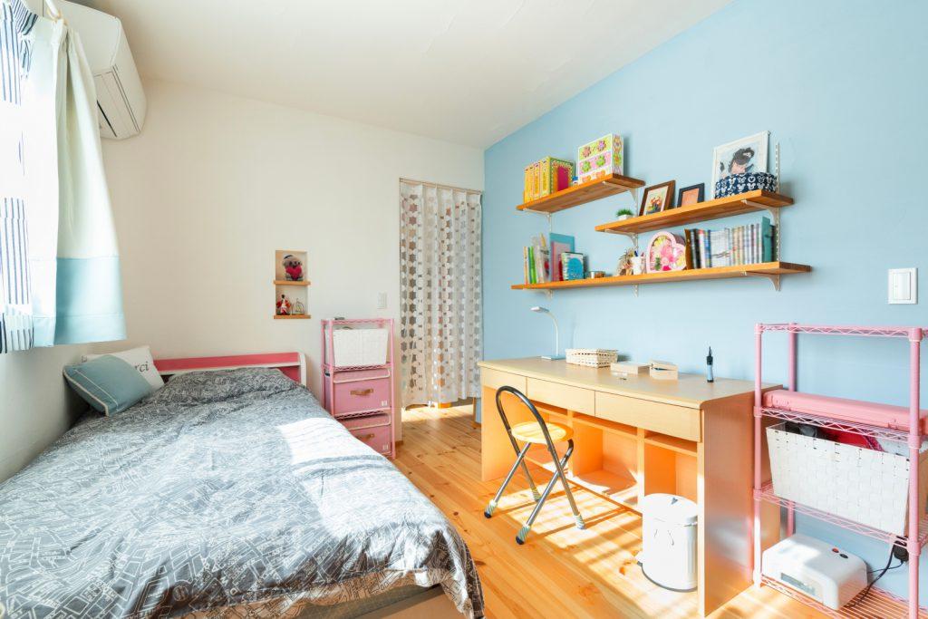 爽やかなブルーの漆喰壁!可愛らしい子ども部屋