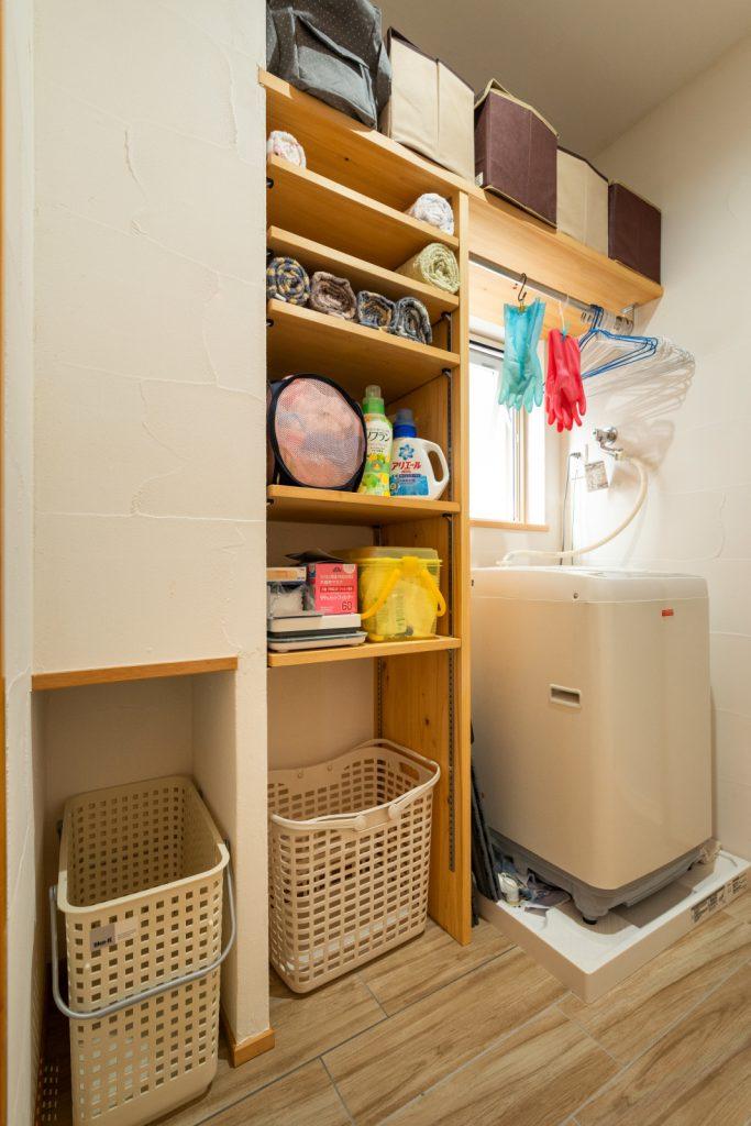 収納しやすい可動棚のある脱衣所