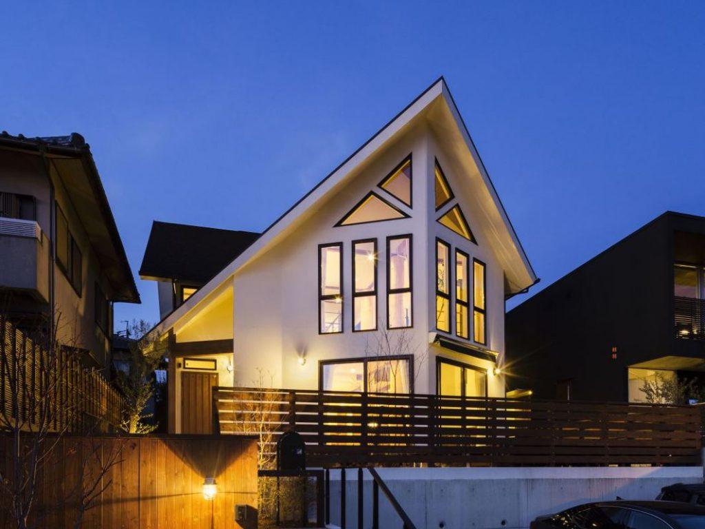 三角窓と大屋根が特徴の、木の温もりを感じる家